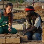 Deutsche Studenten und Maurer aus Kamerun