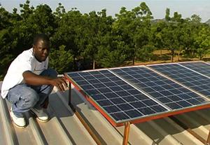 Installation einer von ident.africa finanzierte Solaranlage in Kamerun