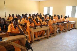 Schulbänke für kamerunische Schulen