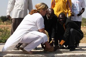 Grundsteinlegung mit Annette Coly, Entwicklungsberaterin der Deutschen Botschaft in Kamerun
