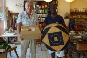 Fred-Eric Essam übergibt Geschenk an Klaus Juschka