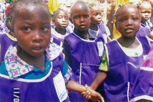 Kamerunische Vorschulkinder in ihrer neuen Schuluniform
